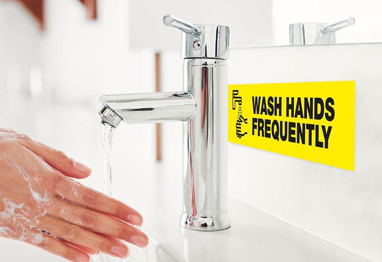 umivanje rok na umivalniku, nalepka izza armature