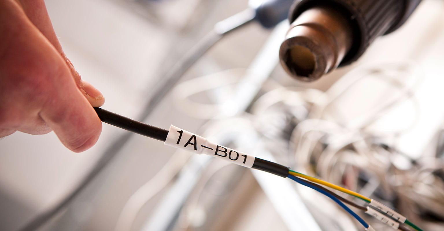 Termoskrčljiva cevka HSe Brother, nameščena na kablu