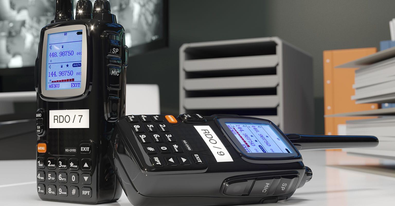 Dve radijski napravi voki-toki z identifikacijskimi nalepkami, izdelanimi na tiskalniku nalepk Brother P-touch