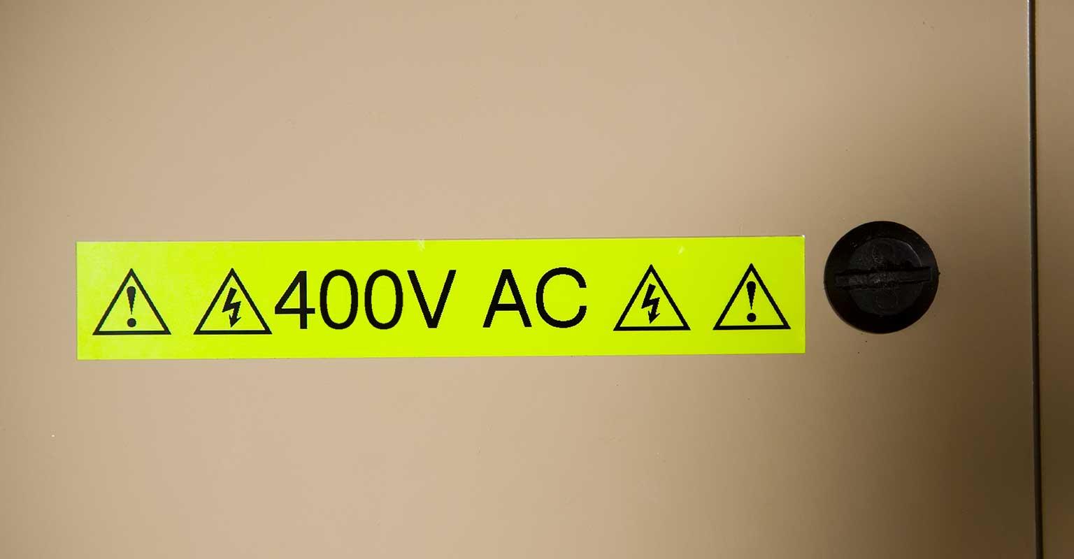 Opozorilni znak Brother fluorescenčnega traku, ki prikazuje 400 voltov AC