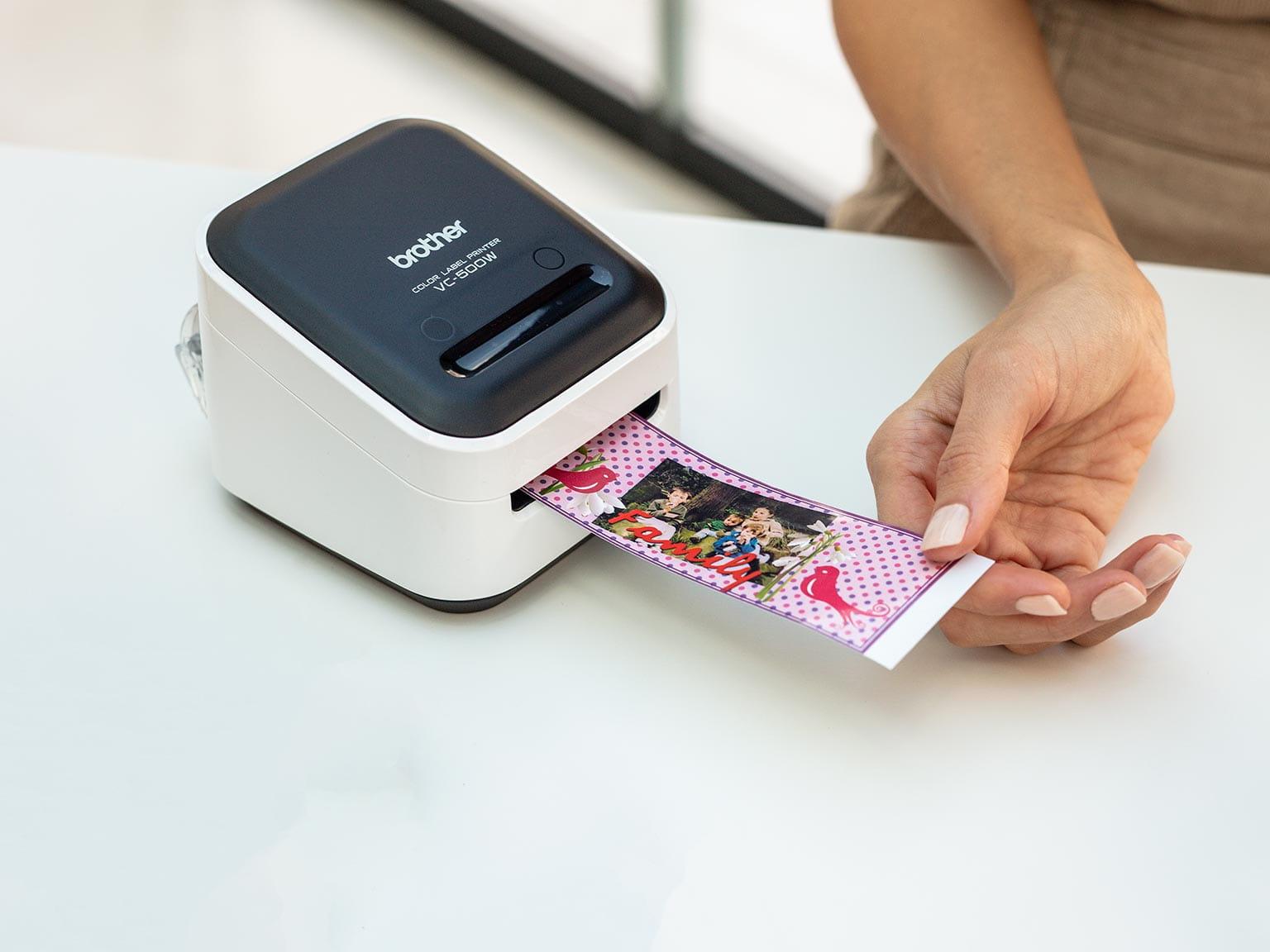 barvni tiskalnik nalepk Brother VC-500W tiska široko nalepko, ki vključuje fotografijo