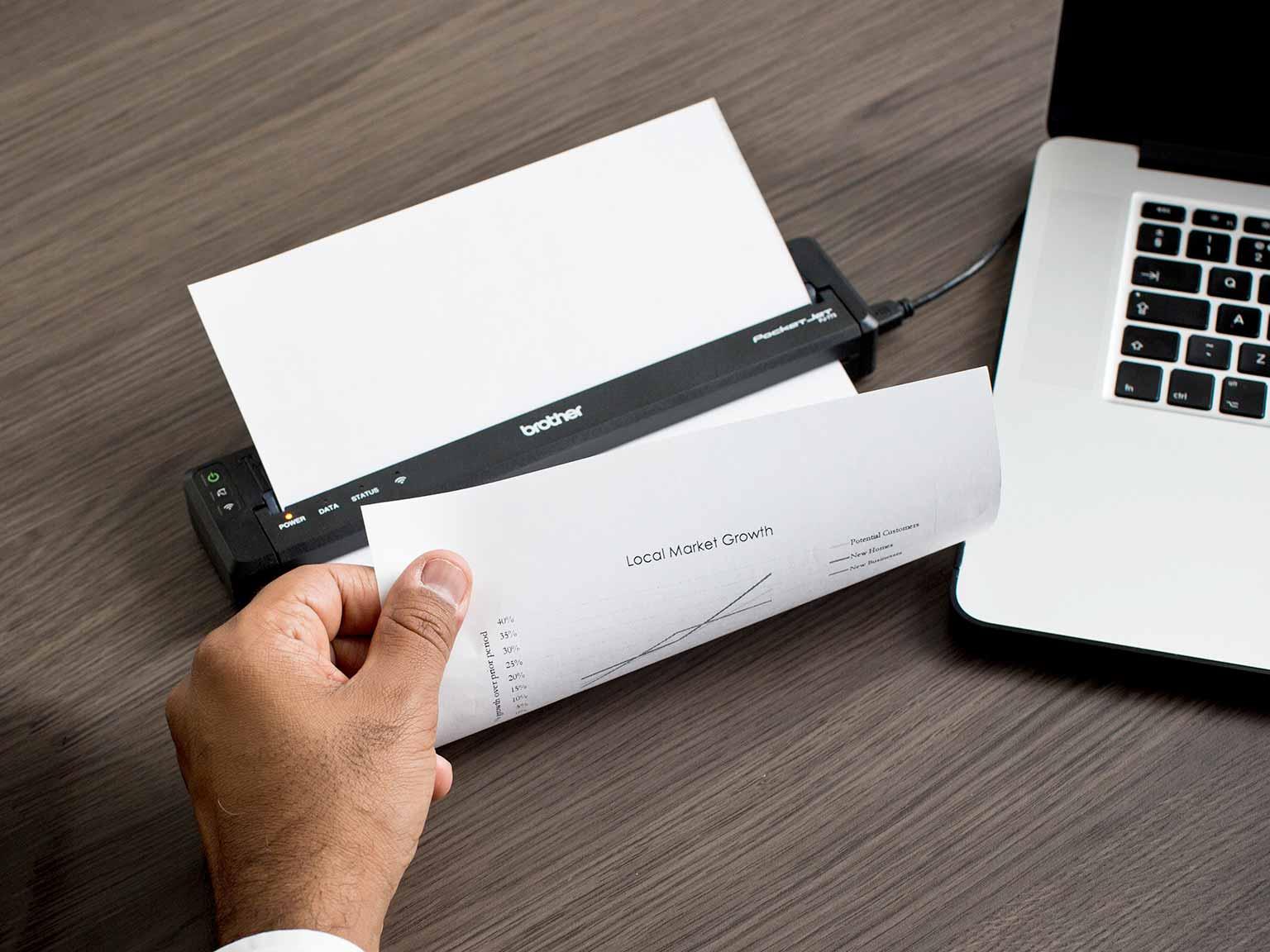 Prodajalec tiska stran A4 na mobilnem tiskalniku serije Brother PJ