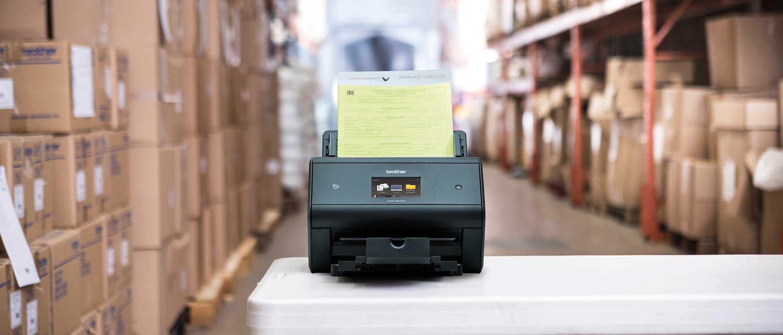 skener z dokumentom s črtno kodo na mizi v skladišču