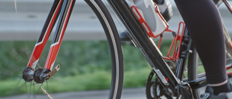 kolesar na rdečem kolesu