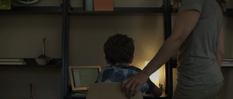 Mama pomaga sinu pri domači nalogi