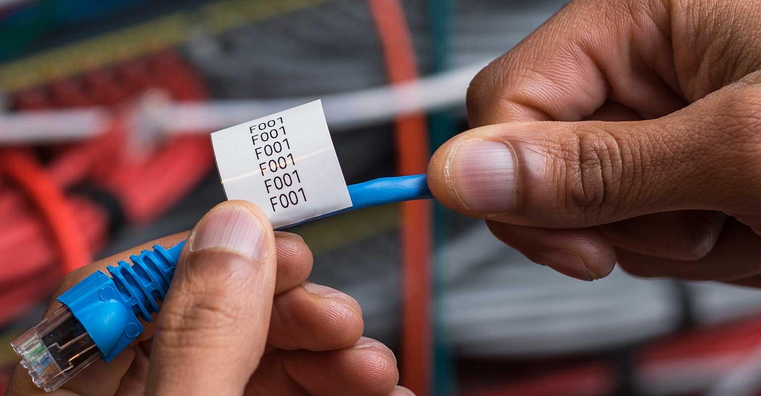 Ovitek za kable Brother TZe je pripravljen za ovijanje okoli omrežnega kabla