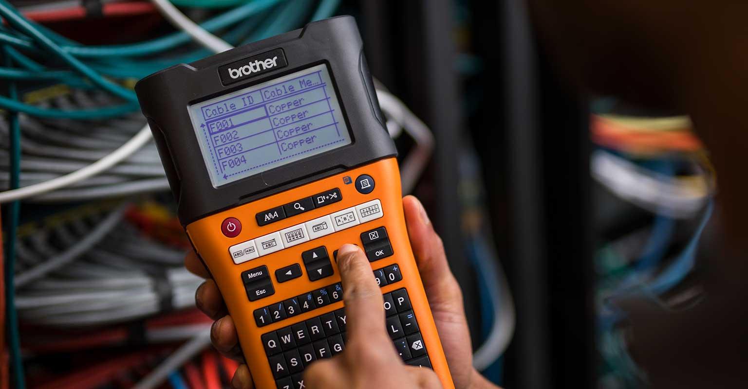 Tiskalnik nalepk PT-E550W z izbiro identifikacije omrežnega kabla za tiskanje