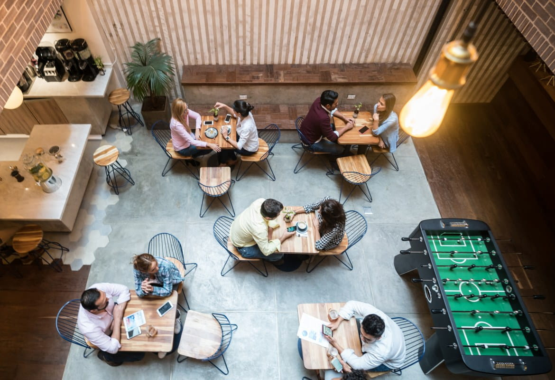 Delovno mesto prihodnosti slikano od zgoraj. Minimalistična pisarna skupaj s hotdeski in mizo za igre