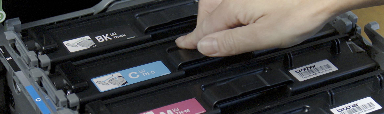 Vstavljanje tonerja v tiskalnik