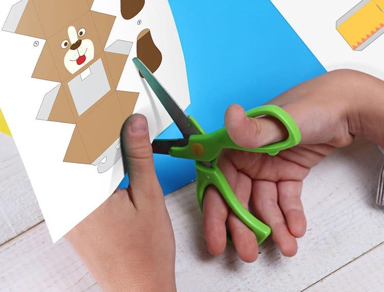Roka, ki reže sliko psa iz kreativnega centra brother