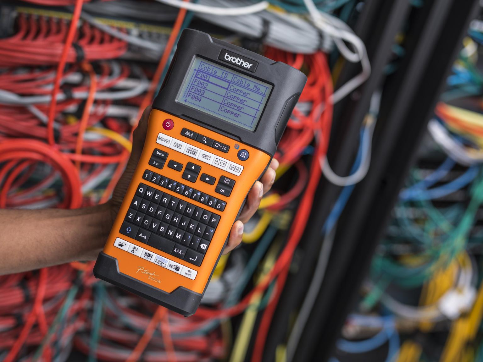 Tiskalnik nalepk PT-E550W v roki pred omrežnimi kabli