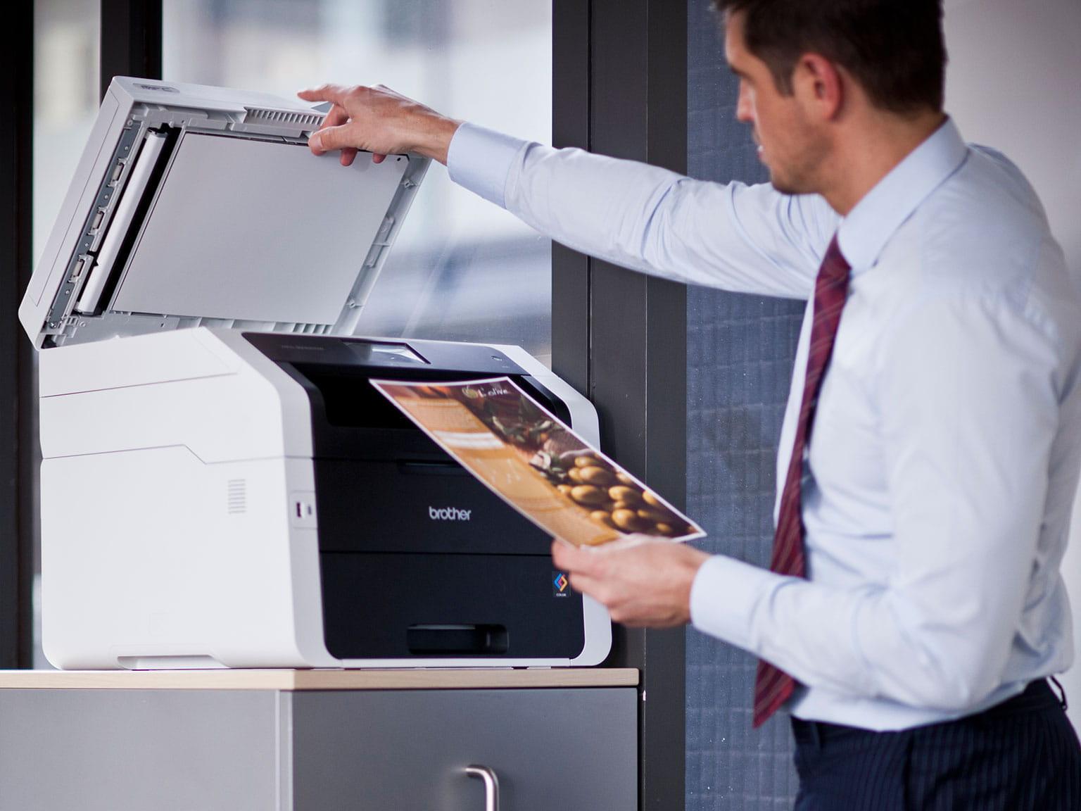 Moški- skenira-dokument-zajem-dokumenta
