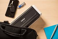 Prenosni kompaktni skener dokumentov ADS-1200, položen v torbo