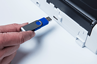 Prenosni kompaktni skener dokumentov ADS-1200 skenirana na USB-ključek