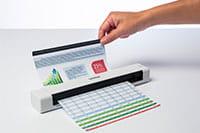Brother DSmobile DS640 mobilni dokumentni skener skenira dokument, roka drži dokument