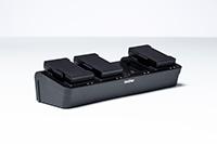 PA4BC002 polnilnik za baterijo s štirimi postajami v studiu z belim ozadjem