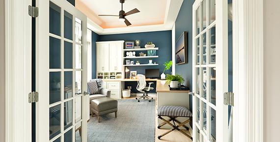 fotografija domače pisarne, belo pohištvo, modra stena
